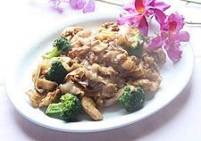 Pad See-Ew :Flat rice noodles pan fried with your choice of protein, broccoli, carrots, egg and sweet soy sauce from Mint Garden Thai Cuisine Restaurant in Blvd, Los Angeles #Food #Noodles forked.com