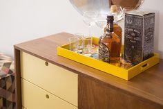 Decore seu aparador com bebidas e escolha qual irá acompanhar a noite do dia 12: um vinho, uma espumante? Depois basta escolher as taças e finalizar a arrumação da mesa. Dia dos Namorados!