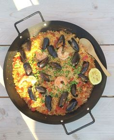 I love paella. It evokes good memories with me. On a sunny terrace in Malaga I ate the best paella ever. Although that of my neighbor is also not wron. Best Paella Recipe, Nautical Food, Tapas, Caribbean Recipes, Caribbean Food, One Pot Dishes, Good Food, Yummy Food, Fabulous Foods