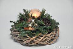 Billedresultat for kerststukjes 2014 Pine Cone Christmas Decorations, Christmas Centerpieces, Christmas Wreaths, Christmas Crafts, Holiday Decor, Christmas Floral Arrangements, Flower Arrangements, Christmas Time, Xmas