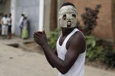 Los manifestantes protestan en Buyumbura ante la intención del presidente Pierre Nkurunzizade de permanecer en el cargo por un tercer mandato, en Burundi. (AP)