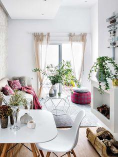 Com mesa e cadeira assinadas por Charles e Ray Eames, esta sala apostou numa base clarinha com uso de madeira e pontos de cor