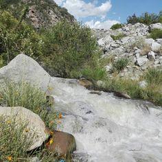 Rio en la bajada de la montaña, cajon del maipo, chile