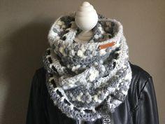 Een nieuwe shawl van juf Sas. Een col shawl gehaakt met de ananassteek en het leuke aan deze shawl is dat je de shawl steeds kan aanpassen aan je kleding door
