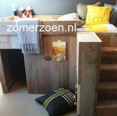 #halfhoogslaper #speelhuisje #boven slapen en beneden logeren of spelen #stapelbed #steigerhout #Finn http://www.zomerzoen.nl/halfhoogslaper-finn.html