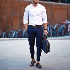 We rounded up 8 amazing looks you can try with your white shirt, from pairing it with ripped denim or cool chinos. Now, to help you style your white shirt right, we've put together 8 insanely cool photos of guys wearing a crisp white shirt. White Shirt Outfits, White Shirt Men, Outfit Jeans, White Shirts For Men, Casual Outfits, Mens Fashion Blog, Fashion Mode, Fashion Shoes, Men's Fashion