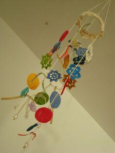 Mobile Flores Coloridas (inspiração Emma Lamb)http://www.etsy.com/listing/98827779/spring-flowers-hand-crochet-merry-mobile?