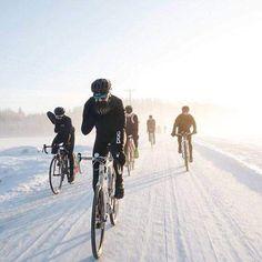 Deportes como el ciclismo pueden retener los efectos negativos del envejecimiento y mantener a la gente joven de una manera profunda. Road Cycling, Cycling Bikes, Bike Bmx, Pro Bike, Sprint Triathlon, Mtb, Bike Photography, Cycling Motivation, Road Bikes