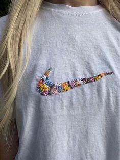 Retro white tick flower hand embroidered logo t-shirt Hand Embroidery Flowers, Embroidery On Clothes, Cute Embroidery, Embroidered Clothes, Hand Embroidery Patterns, Vintage Embroidery, Diy Embroidery Shirt, Japanese Embroidery, Art Patterns