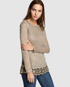 Jersey en color marrón con adorno de distinto tejido en el bajo con bordado a tono. Tiene manga larga y escote redondo.