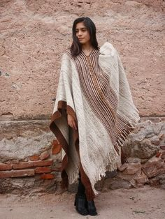 Poncho Grueso de Llama Nº 102 - SOLO POR PEDIDO Vest Outfits, Fall Outfits, Fashion Outfits, Capes, Gilet Kimono, Crochet Poncho, African Fashion, Winter Fashion, Weaving
