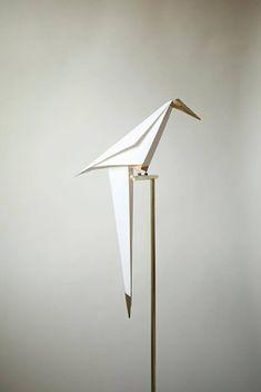 鳥の形をしたランプ。ただのランプじゃありません。鳥をおせば、鳥が揺れてまるで本物のよう。