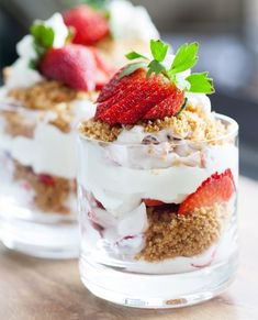 Strawberry Parfait Recipe - where you won& need the oven at all! Graham crackers, powdered sugar, heavy cream, lots of strawberries, this quick and recipe is sure to be a crowd pleaser. Desserts For A Crowd, Mini Desserts, Summer Desserts, Just Desserts, Delicious Desserts, Yummy Food, Parfait Desserts, Parfait Recipes, Dessert Drinks
