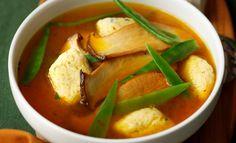 Rinderbouillon mit Topfen-Schnittlauchnockerl mit gebratenen Seitlingen und… Rind, Thai Red Curry, Ethnic Recipes, Good Food, Roast, Food Food, Recipies