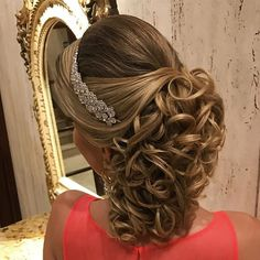Photo taken by Sonia Lopes ( with caption : 'Boa noite … – Up Hairstyles Simple Wedding Hairstyles, Formal Hairstyles, Bride Hairstyles, Cool Hairstyles, Medium Hair Styles, Curly Hair Styles, Hair Medium, Prom Hair, Hair Lengths