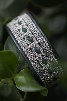 Lindas armband: Brett tennarmband med silverpärlor och skogsgrönt skinn med skimmer