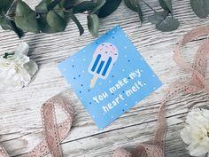 Suchst du eine tolle Karte zum Ausdrucken und verschenken? Entdecke hier tolle Kartensprüche rund um Liebe und Valentinstag. Die Postkarten kannst du ganz einfach auf dem Blog ausdrucken! Heart Melting, How To Make, Blog, Valentine Day Cards, Mother's Day, Round Round, Diy Crafts, Amazing, Blogging