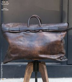 Vintage Bags Leather Travel Bag - Vintage piece from France. Fully lined. Cuir Vintage, Vintage Bags, Vintage Leather Bags, Cowhide Leather, Leather Men, Leather Jackets, Pink Leather, My Bags, Purses And Bags