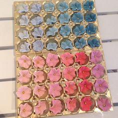 Så många färger och nyanser ❤️ #flower #blomma #sugarpaste #sockerpasta #dekorationer #decorate #creative #kreativitet #fun #pearl #pärla #cake #cupcake #tårta #nyans #catering #preparations #göteborg #tgif