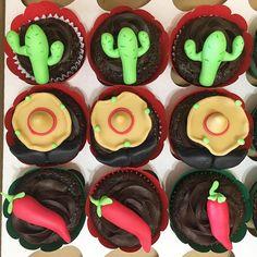 Cupcakes para #Festa #Mexicana :) #sombrero com #bigode,  #pimenta e #cacto na decoração