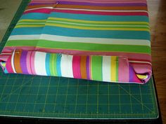 No sew chair or bench cushion cover tutorial Patio Cushion Covers, Diy Cushion, Making Cushion Covers, Outdoor Chair Cushions, Couch Cushions, Sewing Pillows, Diy Pillows, Love Sewing, Chair Covers