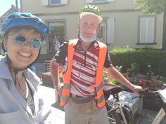 Juli_e_cycle et sa première rencontre avec un cyclo ! Mathias, un cycliste allemand en route de Strasbourg vers Cologne (Allemagne). Un sandwich ensemble sur la place de Sarre-Union et on repart chacun de notre côté ! #velo #bicyclette #veloelectrique #ebike #vae #tourdefrance #cyclingtour #cyclotourisme #RestartCycleTourism #france #frankreich #alsace #alsacebossue #sarre #saar #rencontre #treffen #sarreunion #cyclingtour #juli_e_cycle #velafrica