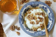 Simple & delicious Greek yogurt breakfast with Honey & Walnuts packs a walloping load of nutrients. High protein levels keep you feeling full for hours. Health Meal Prep, Health Eating Plan, Greek Yogurt Breakfast, Greek Yoghurt, Healthy Snacks For Diabetics, Health Snacks, Healthy Recipes, Health Smoothie Recipes, Calcium Rich Foods