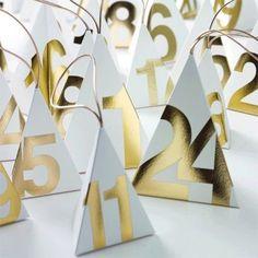 """Calendari dell'Avvento originali ed eleganti per addobbare casa.   Piramidi per l'Avvento.  """"Insegnaci dunque a contar bene i nostri giorni, per acquistare un cuore saggio"""". Salmi 90:12"""