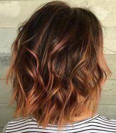 Des cheveux bruns avec quelques mèches rousses