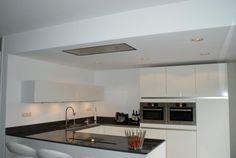 Verlaagd plafond glad stucwerk keuken Minimalist Kitchen, House Goals, Home Kitchens, Interior Decorating, Sweet Home, New Homes, Kitchen Cabinets, Indoor, Table