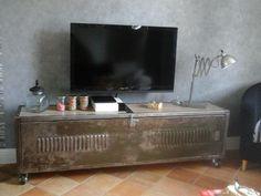 Nous remercions madame Béatrice Chasles de nous avoir envoyé des photos d' un vestiaire relooké en meuble de Télévision, aménagé à l'intérieur avec des couvercles de caisse Veuve Amiot  Seconde vie pour ce vestiaire, tendance Veuve Amiot et industrielle