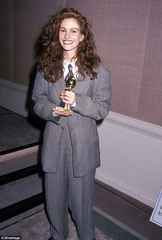 Before Evan Rachel Wood and Octavia Spencer, Julia Roberts Picked Up a Golden Globe in a Pantsuit Hollywood Fashion, 90s Fashion, Fashion Tips, Jennifer Aniston, Jennifer Garner, Style Hollywoodien, 90s Style, Julia Roberts Style, Cool Attitude