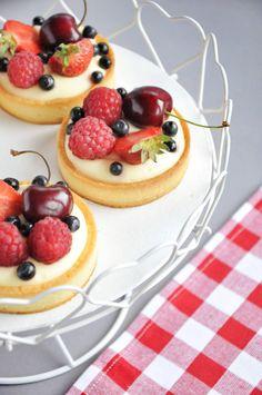 Tartaletki z kremem cytrynowo - miętowym i owocami lata - Cake It Sweet Recipes, Cake Recipes, Japanese Food Art, Fruit Tart, Aesthetic Food, Cake Decorating, Cheesecake, Menu, Sweets