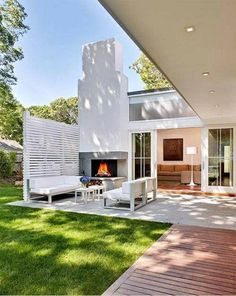 Una chimenea en la terraza …