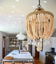 Focus sur les lustres chandeliers en perles de bois..   Pour une ambiance scandinave et chaleureuse..       Ce lustre en perles de bois...
