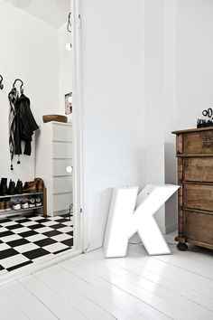black and white floors (the K is a sign) Home Interior Design, Interior Architecture, Home Decoracion, Space Interiors, Vintage Lettering, Blog Deco, Love Home, Scandinavian Interior, Interior Inspiration
