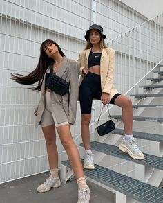 minimalistic less is more ladies lady women stylish urban culture look trend styles chic street fashion fashionable casual jeans Chill Outfits, Mode Outfits, Trendy Outfits, Fashion Outfits, Sneakers Fashion, Fashion Shoes, Beach Outfits, Travel Outfits, Girly Outfits