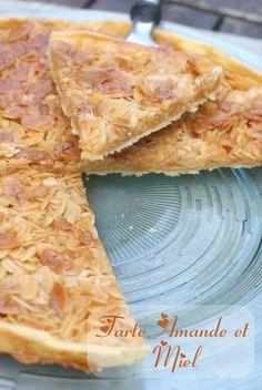 1 pâte brisée tout prête ou faite maison 1 grosse cuillère à soupe de crème fraîche entière 1 grosse cuillère à soupe de miel 75 g de beurre doux 100 g de sucre 150 g d'amandes effilées