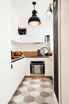 Do not feel restricted by a small kitchen room. These 50 styles for smaller sized kitchen spaces to influence you to maximize your own tiny kitchen Small Gallery Kitchen, Small Space Kitchen, Kitchen On A Budget, Small Spaces, Boho Kitchen, Home Decor Kitchen, Kitchen Ideas, Country Kitchen, Simple Kitchen Design