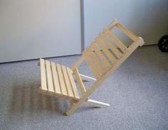 Bitte Platz nehmen: der fertig zusammengesteckte Holzstuhl