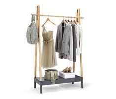 399,95 TL Kaliteli masif elbise askısı pratik düzen için idealdir. Ceketlerinizi ve paltolarınızı asabilir; yan kısımlara çanta, kemer gibi aksesuarları yerleştirebilirsiniz.