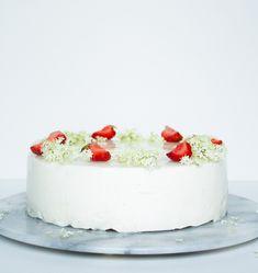 Cheesecake med hyldeblomst og jordbær er en rigtig sommerkage der er både en fryd for øjet og som smager fantastisk.