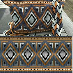 Wayuu Clutch Fashions, Many fashions of knitting purses . This Pin was discovered by Pam Wayuu-Kupplungsmodelle - Robin Cadmus - Willkommen bei Pin World Crochet bag made with the W Mochila Crochet, Bag Crochet, Crochet Shell Stitch, Crochet Handbags, Crochet Purses, Crochet Chart, Filet Crochet, Crochet Stitches, Tapestry Crochet Patterns