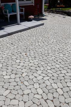 Das ARENA-Pflastersystem verleiht mit seine organischen Formen Geh- und Gartenwegen, Höfen, Plätzen und Garageneinfahrten einen ganz eigenen, natürlichen Charme. Dabei harmonieren die ungewöhnlichen Pflasterbeläge mit einem historisch geprägten Umfeld, überzeugen aber auch als Gegenpart zu sachlicher Architektur. Wie Gutachten belegen, kann auf den Flächen viel Regenwasser versickern, dass dieses System die Anforderungen an entsiegelnde Pflaster mehr als erfüllt. Sidewalk, Glamour, Cobblestone Pavers, Paving Stones, Garden Path, Door Entry, Architecture, Side Walkway, Walkway