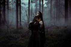 17 new ideas for photography dark fairytale witches Halloween Photography, Fantasy Photography, Photography Poses, Witch Photos, Halloween Photos, Photographie D' Halloween, Style Tumblr, Imagenes Dark, Dark Fairytale