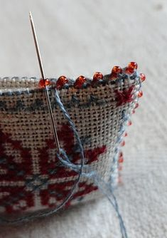 Steekjes & Kruisjes van Marijke: Kerstkadootjes - edging with beads tutuorialhow to make an edge with tiny beads - I wanted to know this! Perfect for turning tiny designs into pins/brooches! And even tree ornaments, sachets, etc.Cross stitch a pincushion. Ribbon Embroidery, Cross Stitch Embroidery, Cross Stitch Patterns, Embroidery With Beads, Blackwork Patterns, Sewing Hacks, Sewing Crafts, Sewing Projects, Cross Stitch Finishing