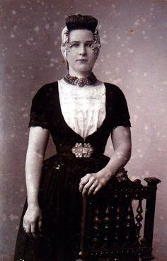 Zoetje Roose uit 1851 draagt hier een prachtige witte, met meerdere rijen kant versierde beuk. #Zeeland #Walcheren