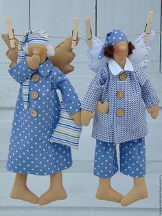 Купить или заказать Сонный Ангел Тильда в интернет-магазине на Ярмарке Мастеров. Сонные Ангелы помогут вам заснуть и с удовольствием поселятся в вашей спальне, чтобы подарить самые сладкие сны. Они выполнены из натуральных тканей, сзади выполнена петелька за которую можно подвесить игрушку. Ночные колпачки,пижамка,подушки и зевающие ротики символизируют сладкий сон и приятные сновидения! Сонный Ангел в пижамке - 1800 руб., в ночной рубашке - 1600 руб.