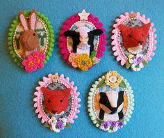 Wool felt mini Trophy 'Fauxidermy' brooch by Annie Montgomerie on Etsy Felt Fabric, Fabric Art, Fabric Crafts, Sewing Crafts, Sewing Projects, Art Textile, Textile Jewelry, Fabric Jewelry, Felt Diy