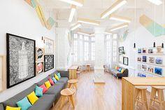 Le studio de design espagnol Marquespacio a imaginé toute la décoration d'intérieur de l'école 2Day Languages, située à Valence. Sur une surface de 183 mètres carré, ils ont pensé à mélanger des couleurs pastel avec des meubles en bois et des moulures pour rafraichir et moderniser le lieu.